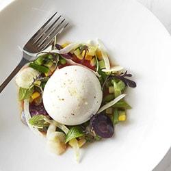 Burrata de la trinité, légumes cuits et crus, coulis de San Marzano - Restaurant les Remparts