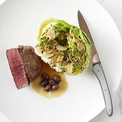 Filet de bœuf aux olives, cœur de laitue craquant - Restaurant les Remparts
